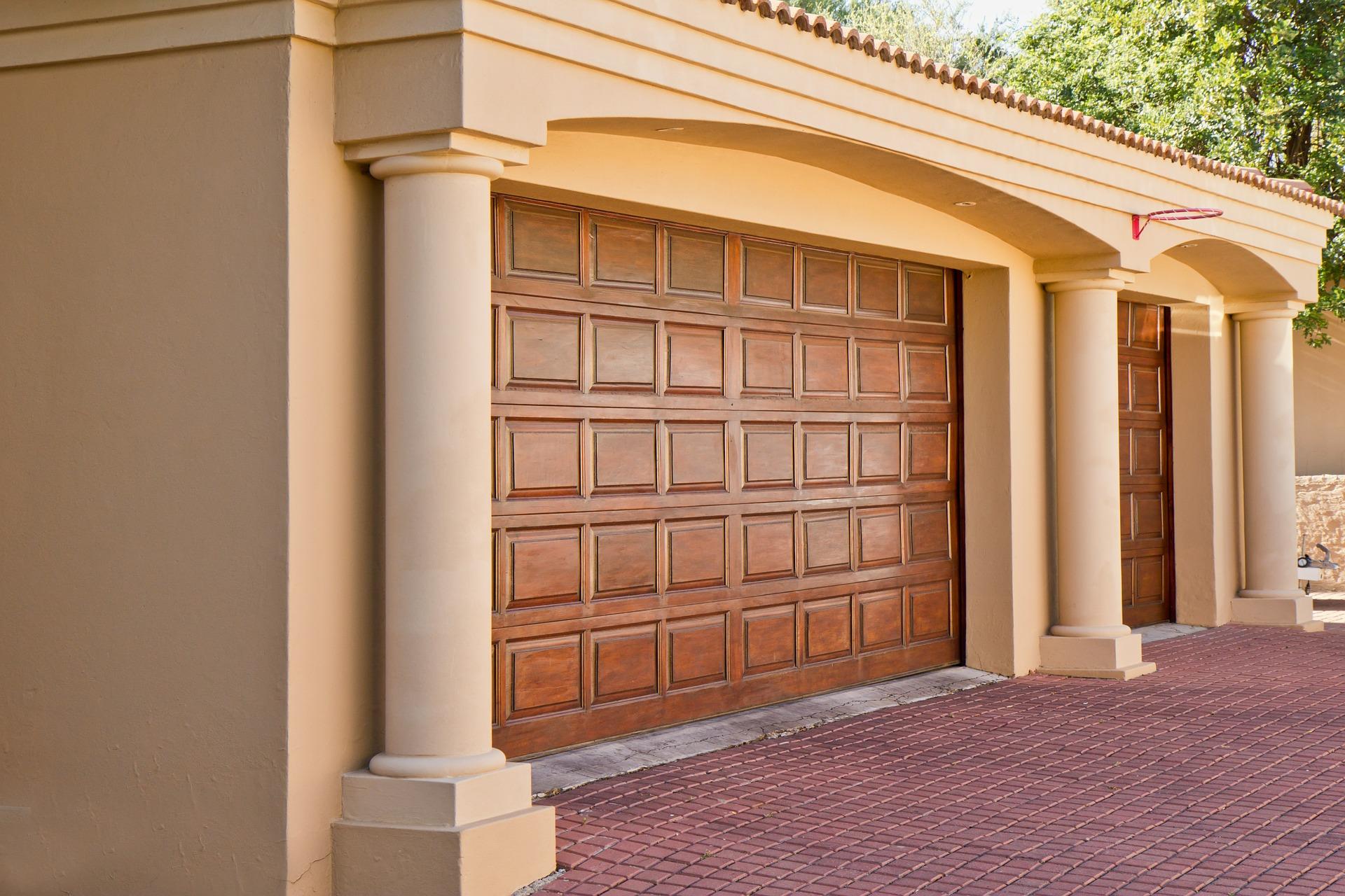 Na co zwrócić uwagę przed kupnem bramy garażowej?