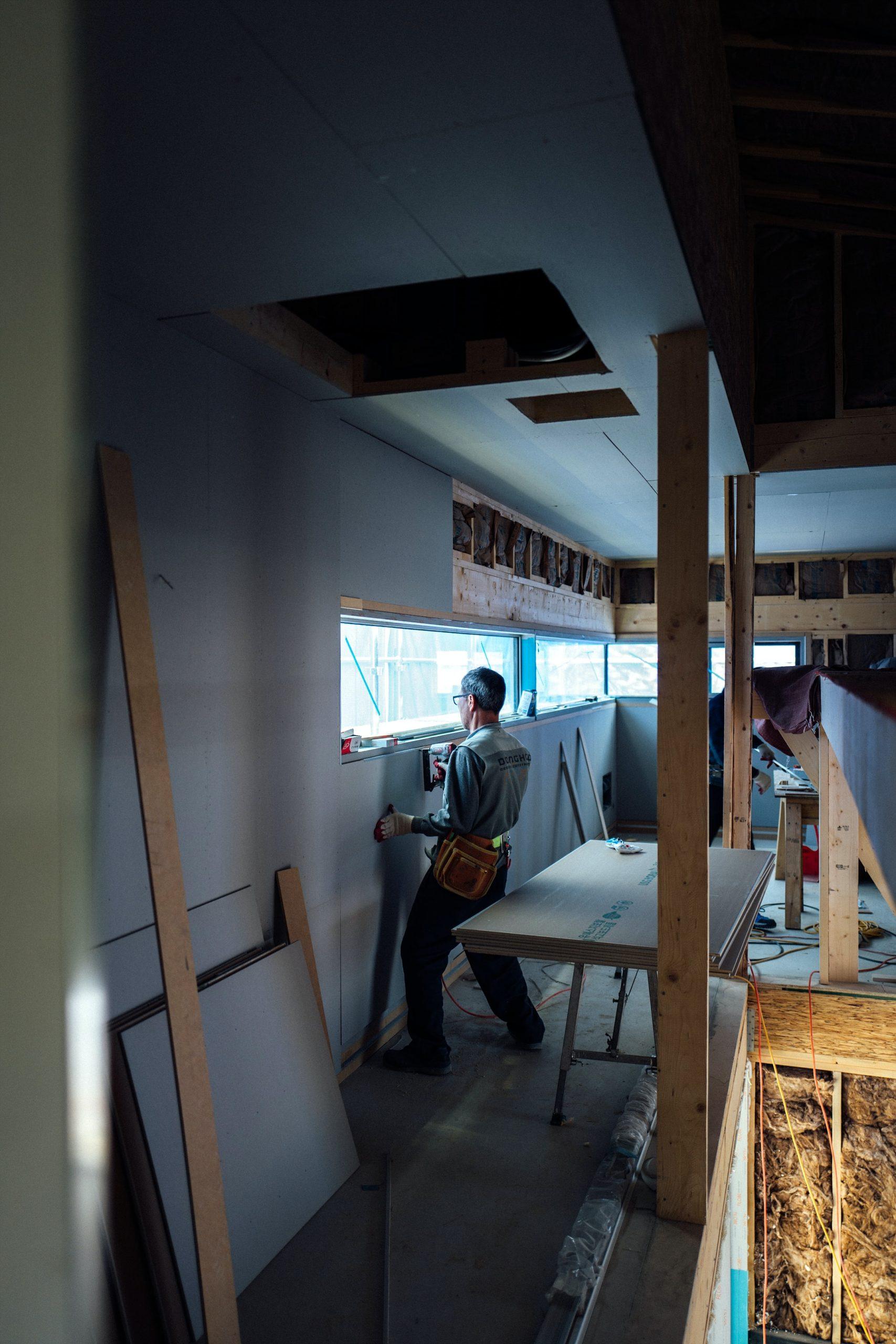 Jak wybrać drewno konstrukcyjne, które sprawdzi się przy budowie domu z drewna?